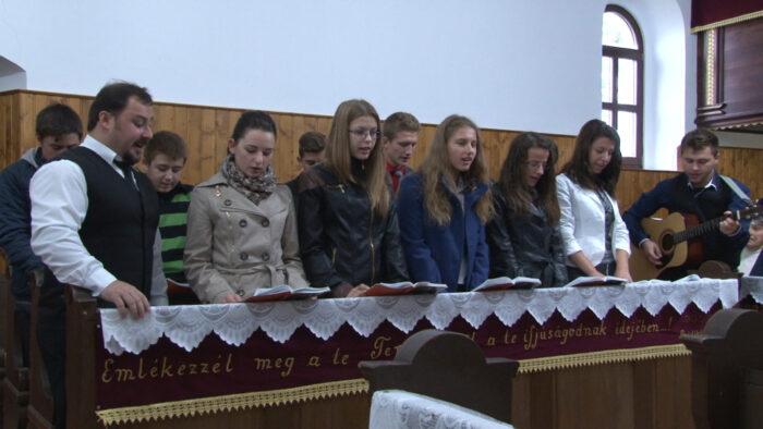 Az ifjúsági kórus énekekkel készült a templom születésnapjára