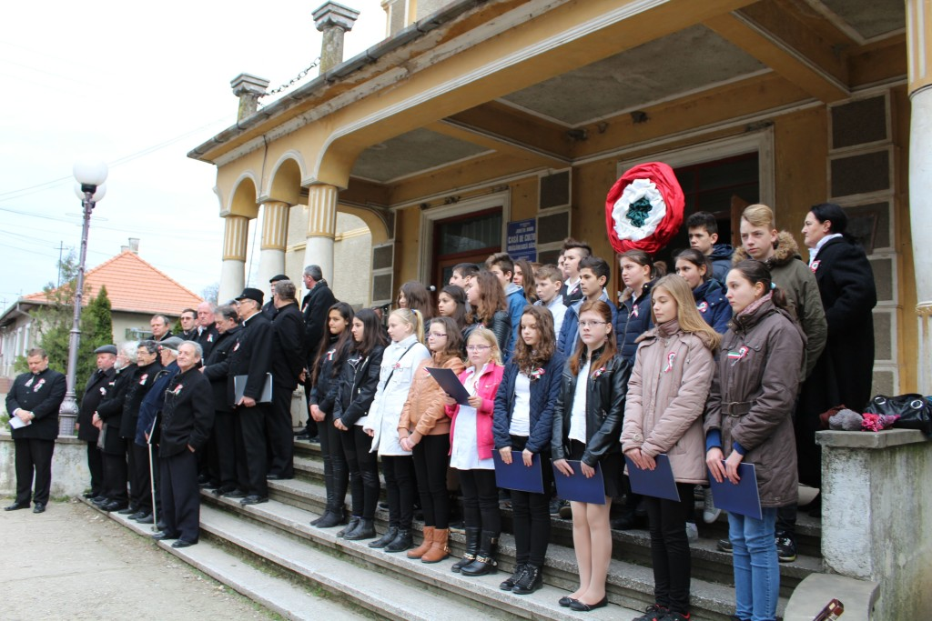 A Székelyhídi Férfikórus és a középiskola diákjai forradalmi műsort adtak elő